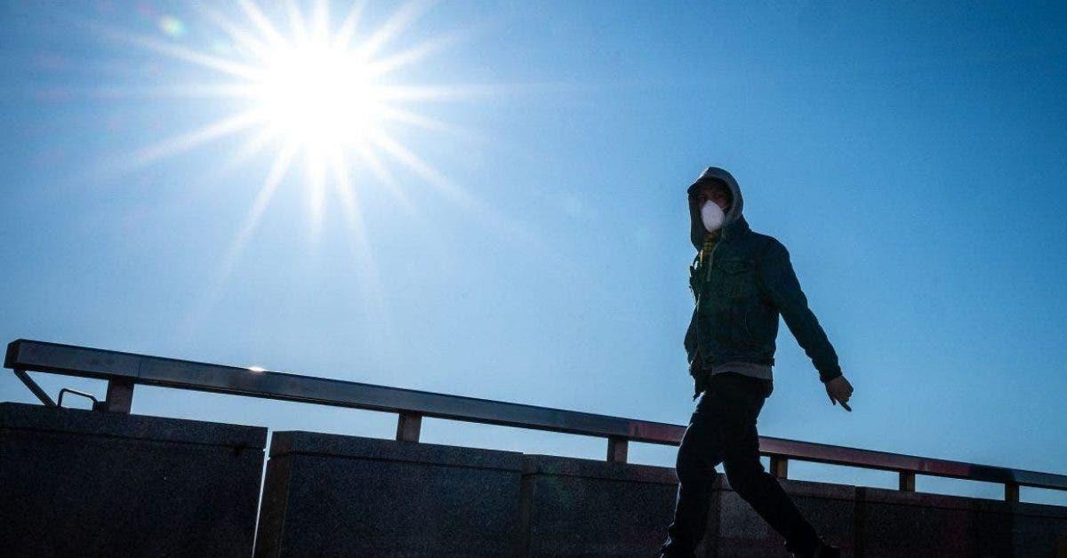 Le coronavirus pourrait être affaibli par la chaleur et la lumière révèle des scientifiques