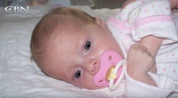 Le docteur examine le bébé et voit quelque chose d'anormal qui grandit dans son ventre