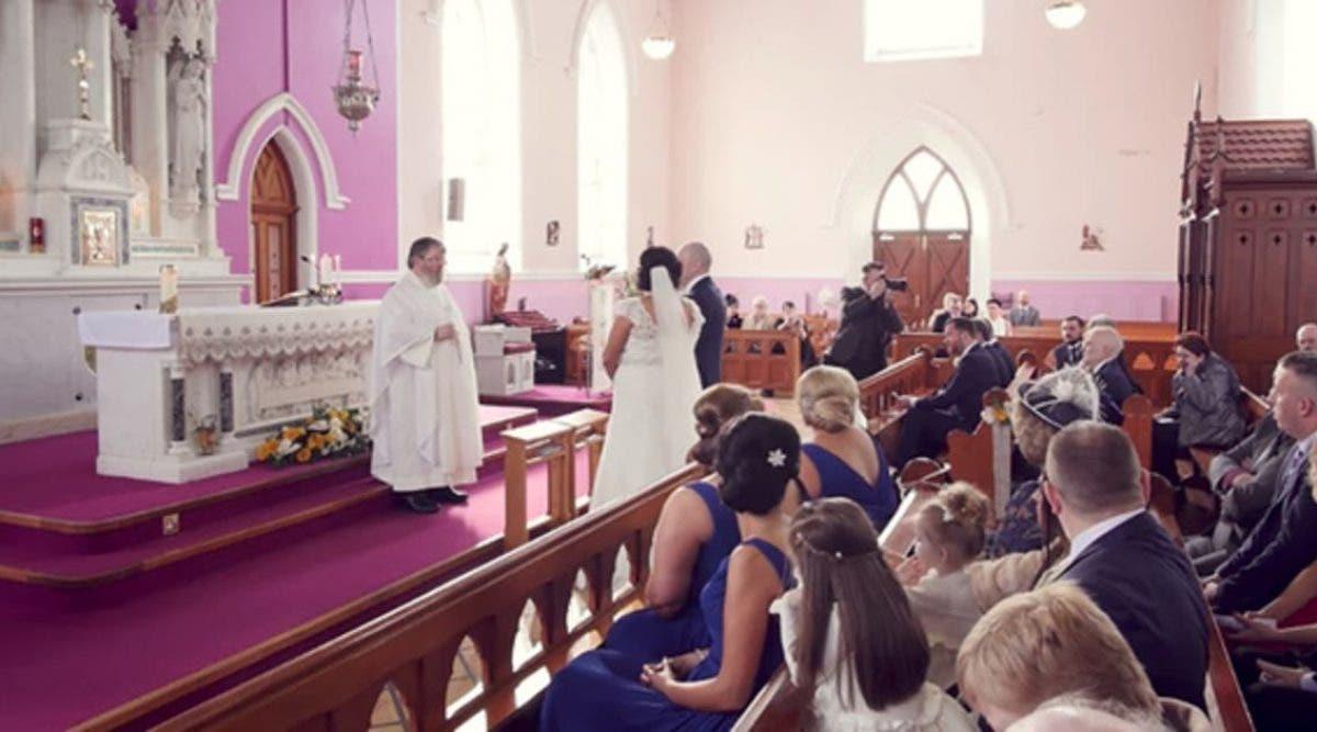 Le mariage est interrompu par une voix dans les bancs, alors la mariée se retourne et fond en larmes