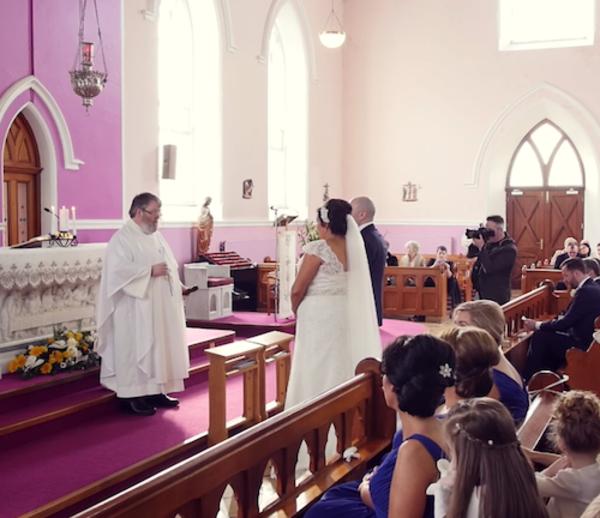 Le mariage est interrompu par une voix dans les bancs