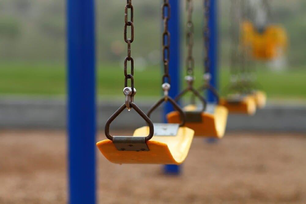 Le proviseur de cet école force les enfants à se déshabiller pour les punir de leur retard