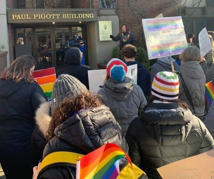 Les élèves d'une école catholique protestent après la démission forcée de leurs professeurs homosexuels