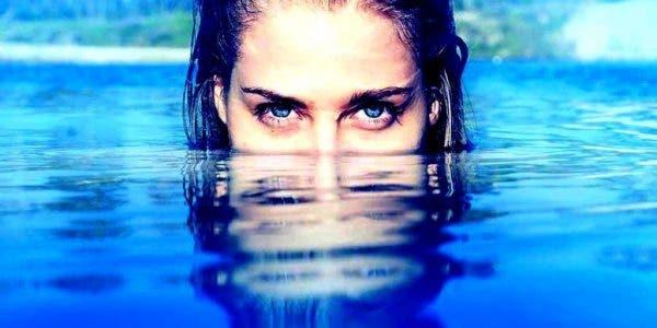 Les empathes et les personnes sensibles profitent de l'énergie de l'eau