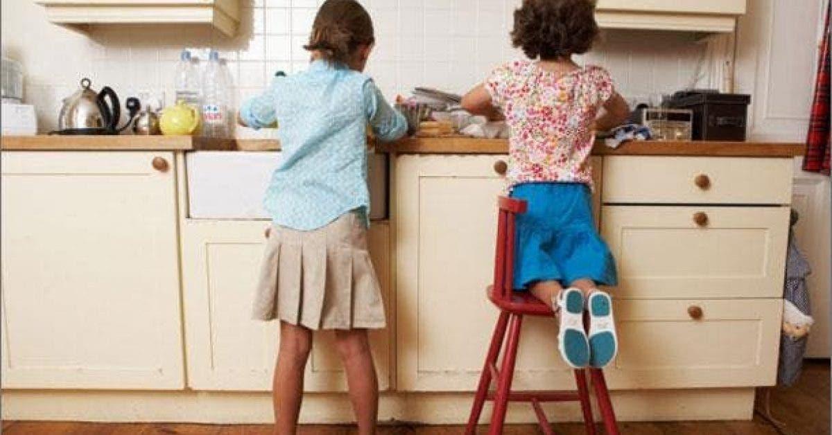 Les enfants qui font le ménage à la maison seront des adultes qui réussissent d'après les chercheurs