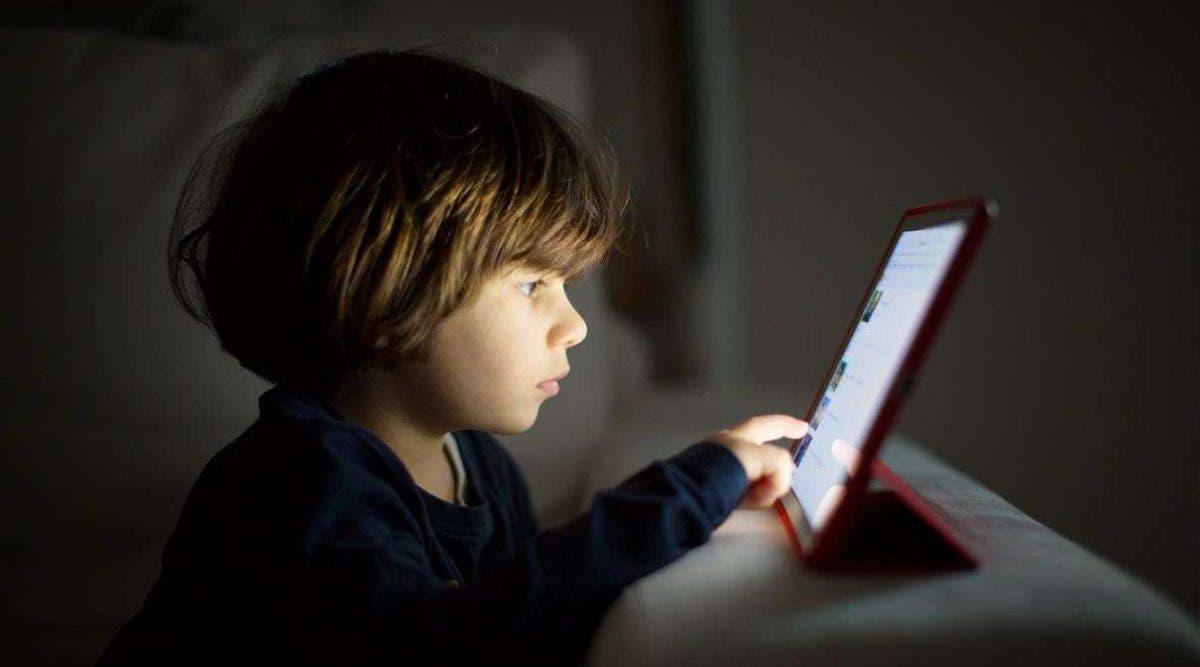 Les enfants qui passent du temps devant les écrans risquent la myopie