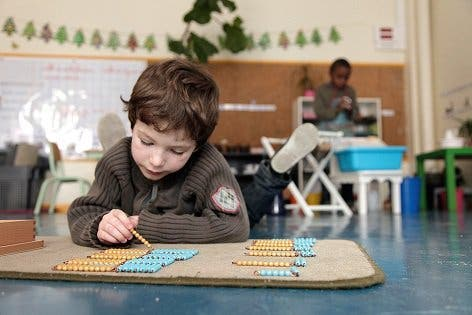Les enfants sont heureux et savent lire dans sa classe