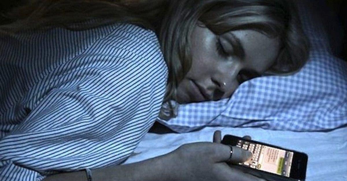 Les experts mettent en gardent les personnes qui dorment à coté de leur téléphone portable