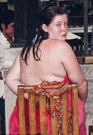 """Les garçons se moquent de cette fille parce qu'elle est """"grosse"""""""