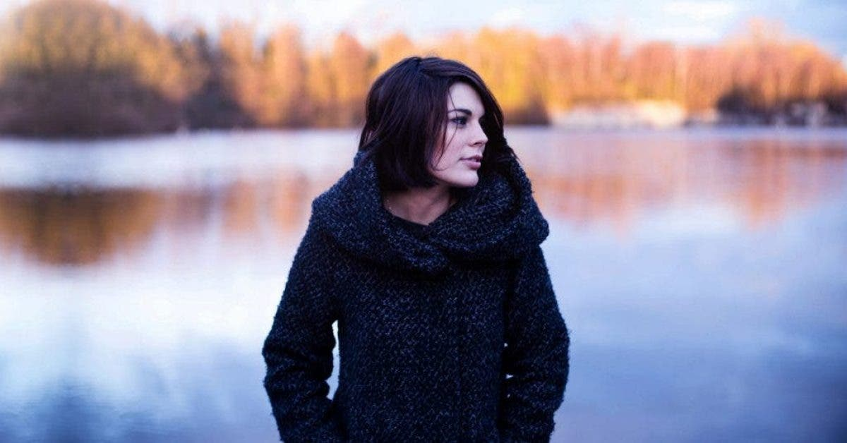 Découvrez les 6 traits spécifiques de personnalité des solitaires qui les caractérisent des autres personnes, selon les psychologues.