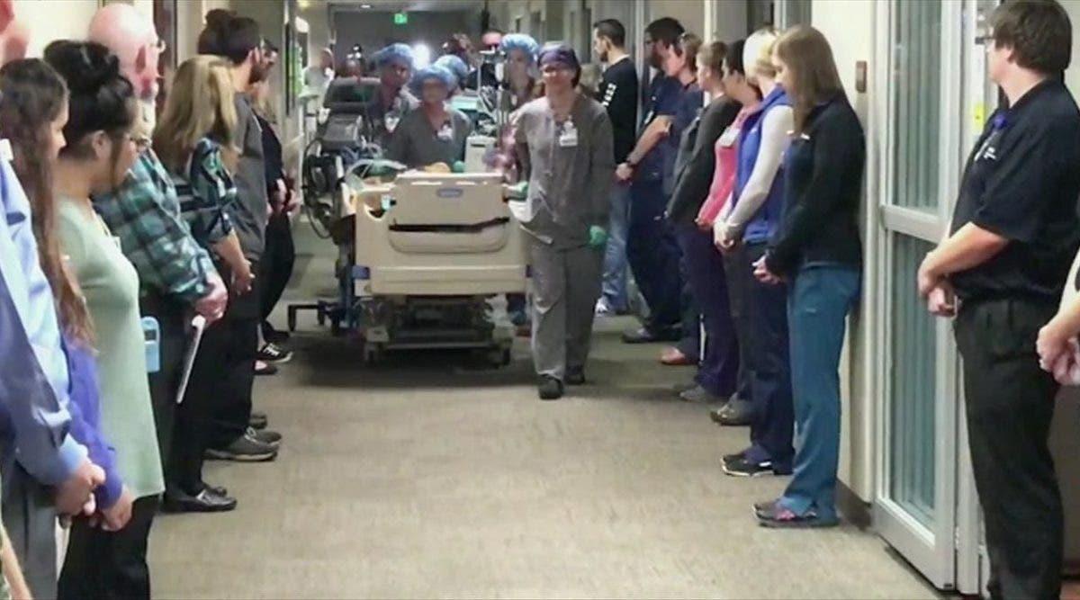 Les infirmiers font une haie d'honneur au papa dont les organes ont sauvé 50 vies