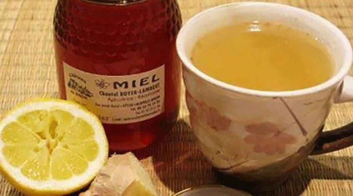 Les médecins recommandent de boire de l'eau au citron et au miel le matin