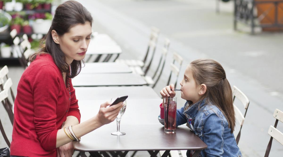 Les parents addicts au téléphone font du mal à leurs enfants