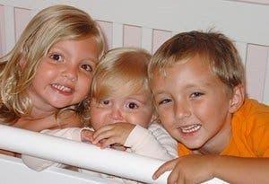 Les parents serrent leurs 3 enfants morts sur leurs genoux