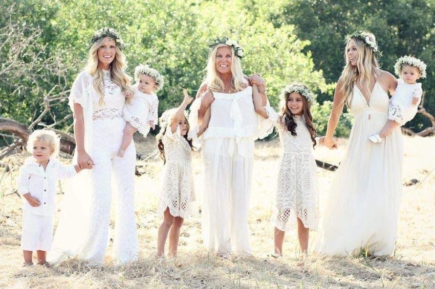 Les sœurs enceintes posent dans de belles robes