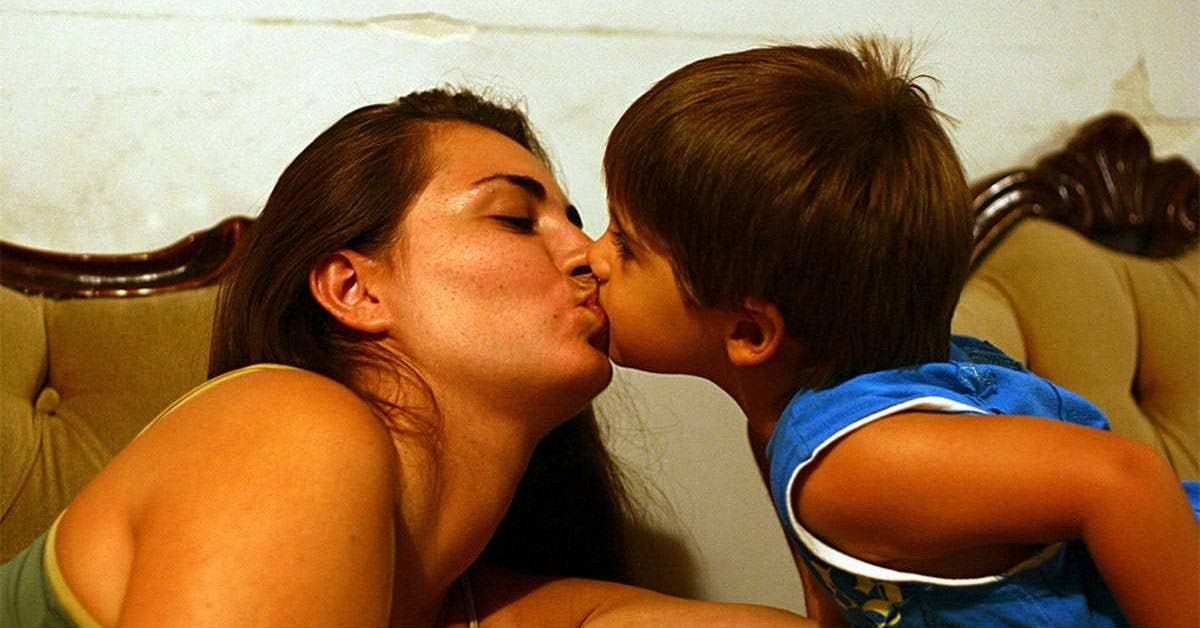 Mauvaise nouvelle pour les parents qui embrassent leurs enfants sur la bouche