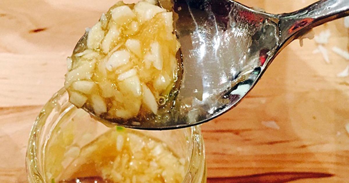 Melangez de lail du vinaigre de cidre et du miel pour en finir avec le rhume les maux destomac avoir une belle peau et bien plus encore 1