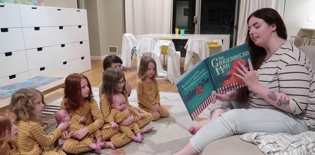 Chloe lit une histoire à ses enfants.