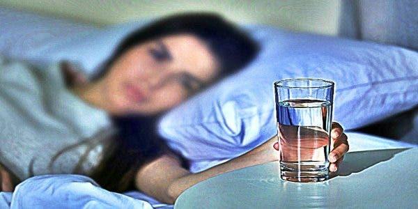 Ne laissez plus un verre d'eau à côté de votre lit quand vous dormez