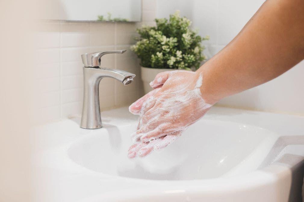 Ne-pas-se-laver-les-mains-avant-de-mettre-le-masque