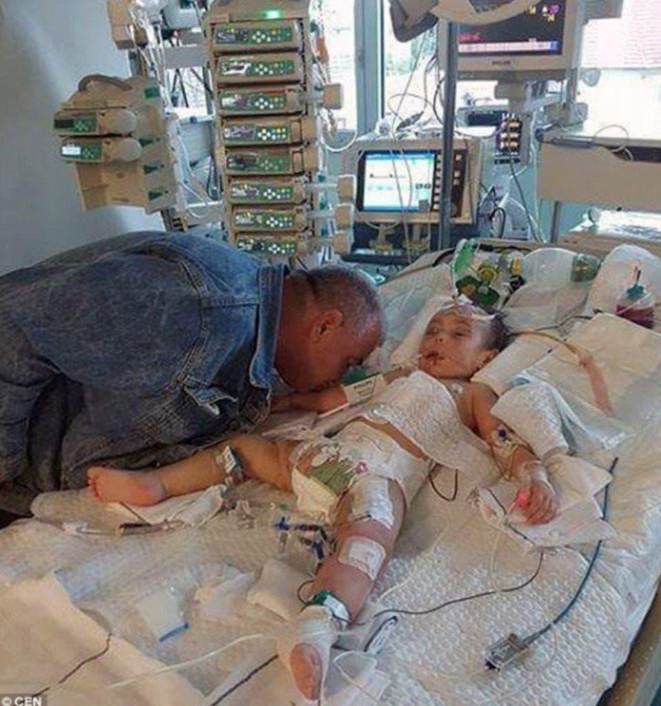 Un père au cœur brisé embrasse une dernière fois sa fille morte à cause de la maman