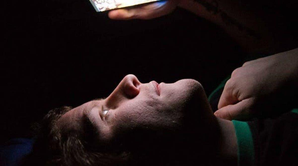 Voici pourquoi vous devriez arrêter d'utiliser votre smartphone le soir, les conséquences peuvent être graves !
