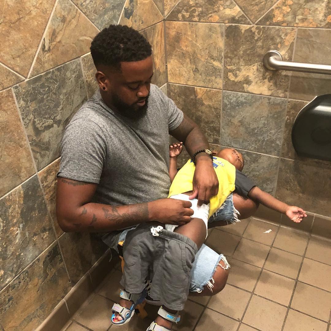 Plusieurs papas réclament des tables à langer dans les toilettes pour hommes