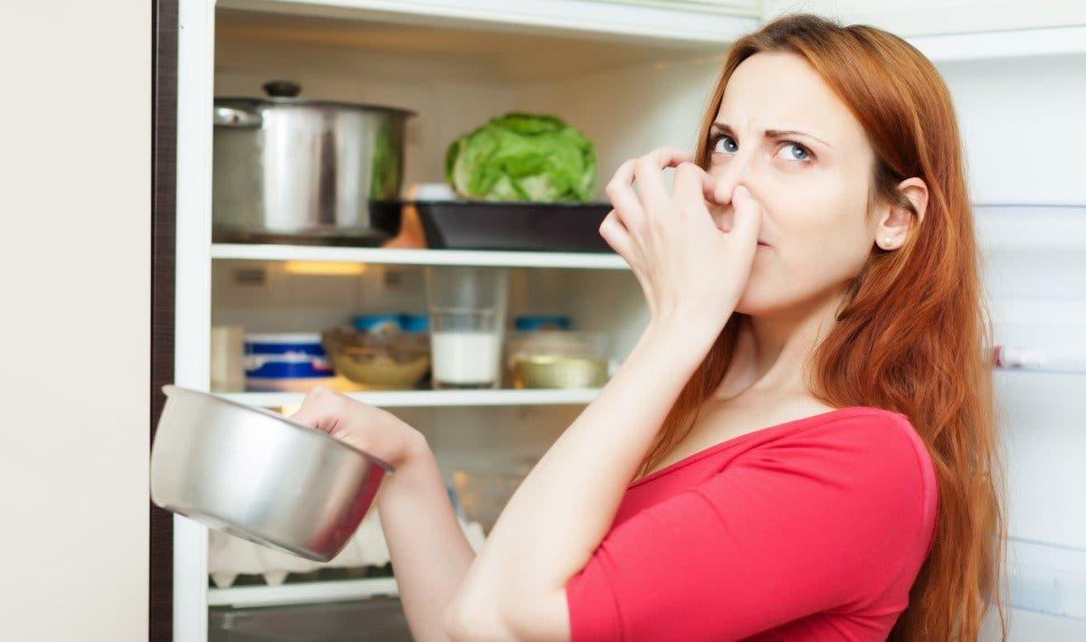 Une femme qui pense à nettoyer son réfrigérateur.