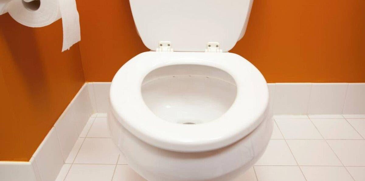 Désodorisez vos toilettes en versant de l'assouplissant dans le réservoir