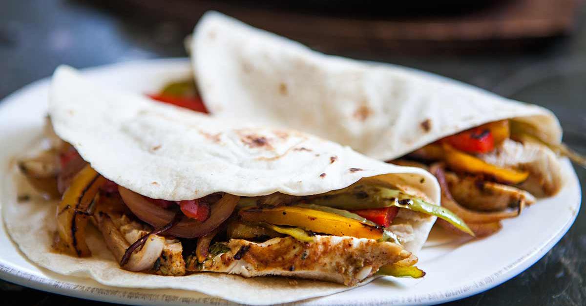 Les Fajitas est un plat mexicain facile et savoureux. Préparé à base de poivron rouge, jaune ou vert, on le déguste avec plaisir en solo ou en famille. Découvrez notre recette rapide