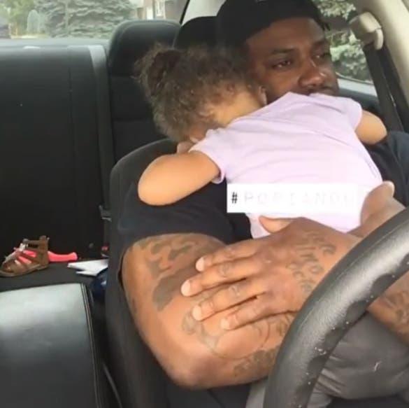 Sa fille se met à pleurer.