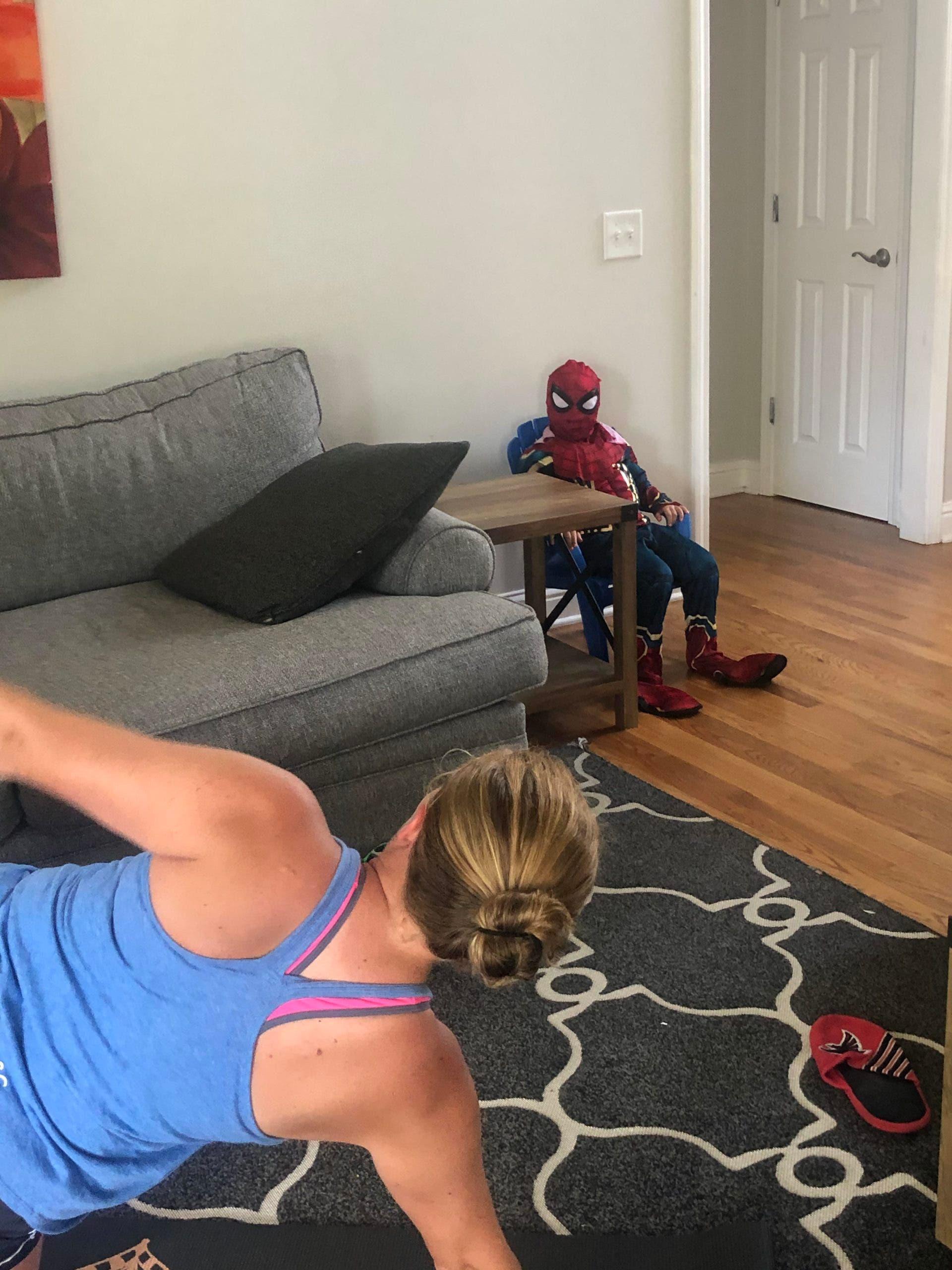 Sa fille sest fachee quand elle a appris quelle voulait faire du sport Elle a donc decide de sasseoir en costume pendant 45 minutes