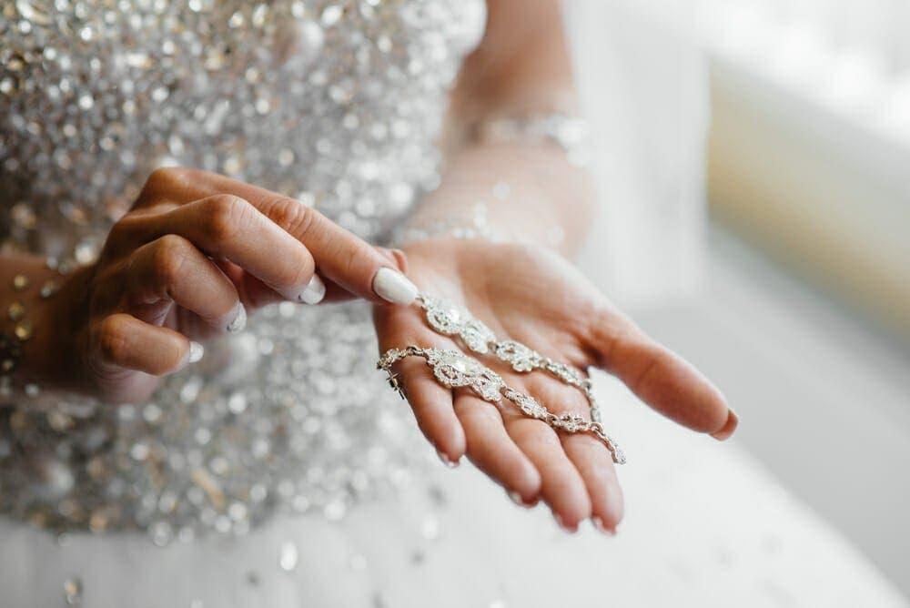 Son fiancée la trompe avant le mariage
