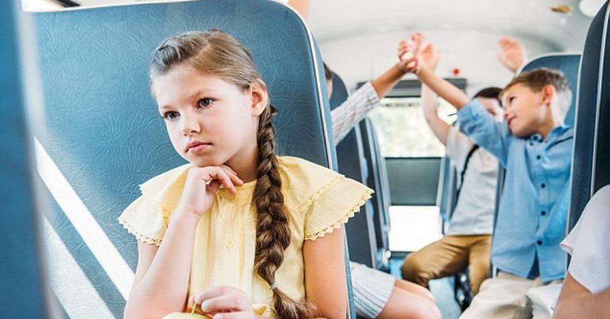 Un adolescent sauve une fille de lhumiliation apres avoir eu ses premieres regles dans le bus 1