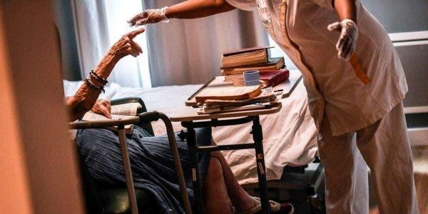 Un aide-soignant filmé en train de violenter une mamie de 98 ans