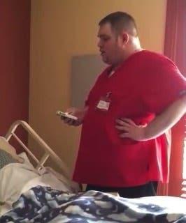 Un aide-soignant réalise d'une façon émouvante le dernier souhait d'une mamie