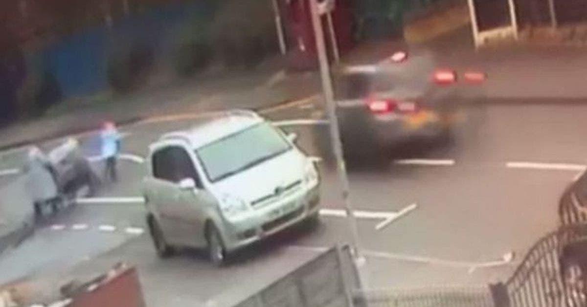 Un conducteur écrase une petite fille et fait un doigt d'honneur à sa mère avant de partir