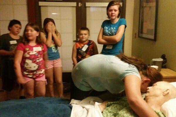 Un couple adopte les 3 enfants d'une voisine mourante