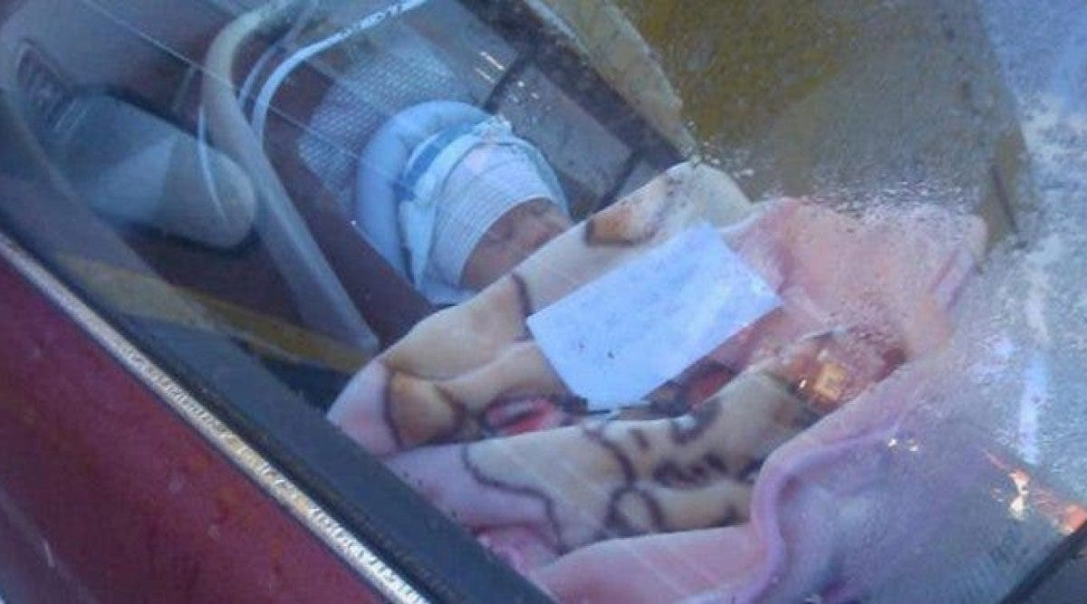 Un couple découvre un nouveau-né seul dans une voiture avec un message - quand ils le lise, ils sont déchirés