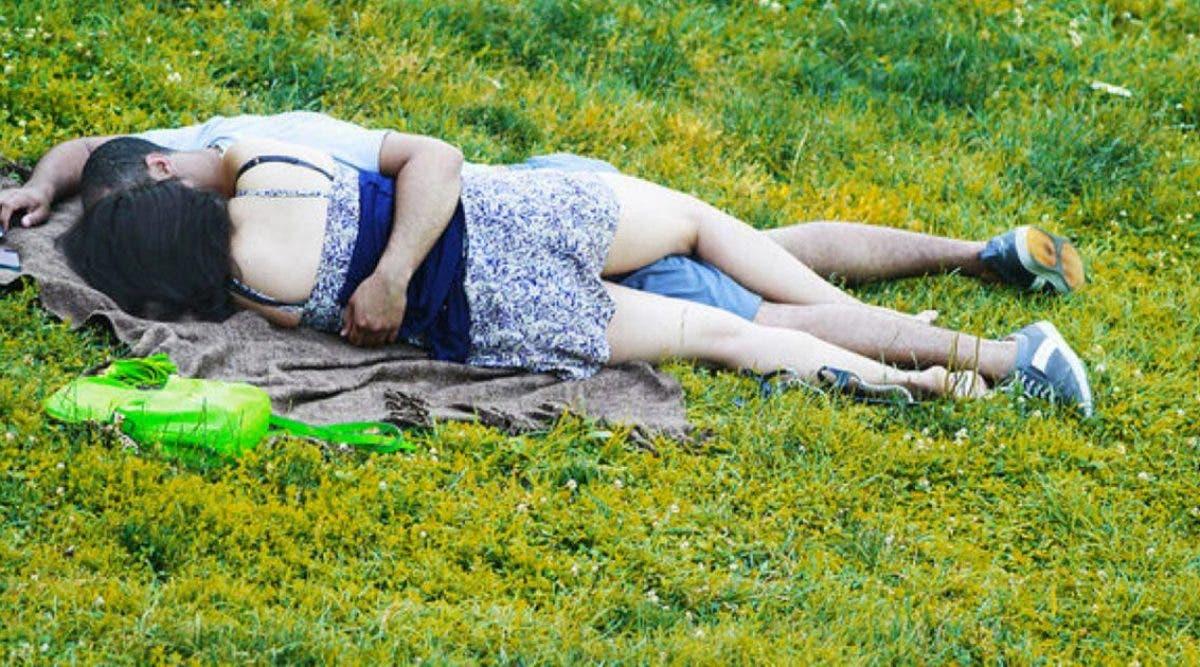 Un couple pris en flagrant délit de relations sexuelles dans un parc