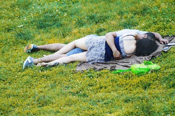 Un couple se fait prendre en train de faire l'amour dans un parc