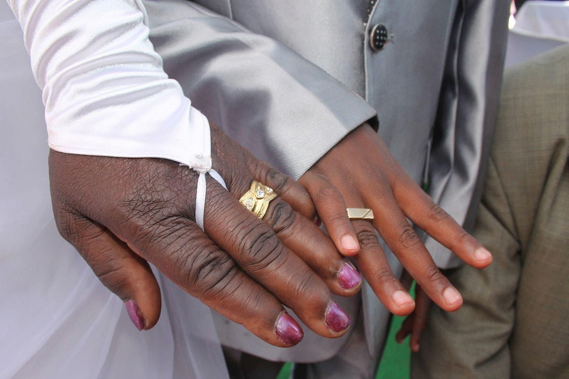 Un écolier âgé de 9 ans épouse une femme de 62 ans