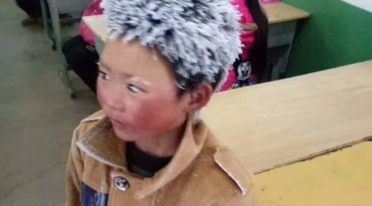 Un enfant de 8 ans arrive à l'école avec les cheveux gelés