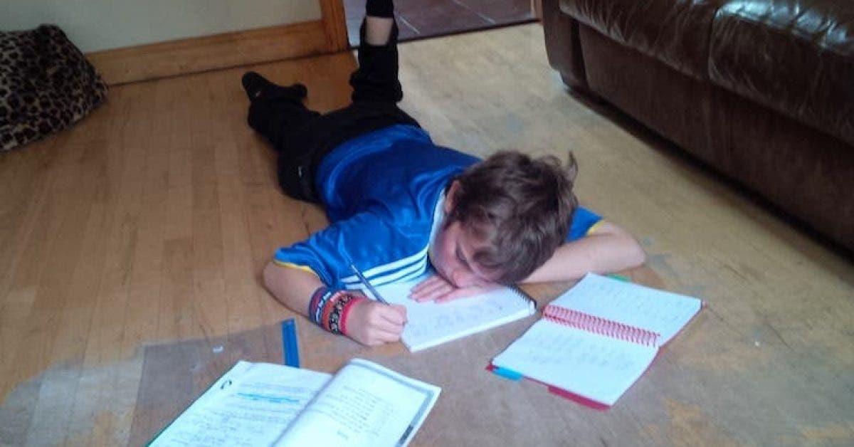Un garçon autiste écrit un poème pour son devoir scolaire