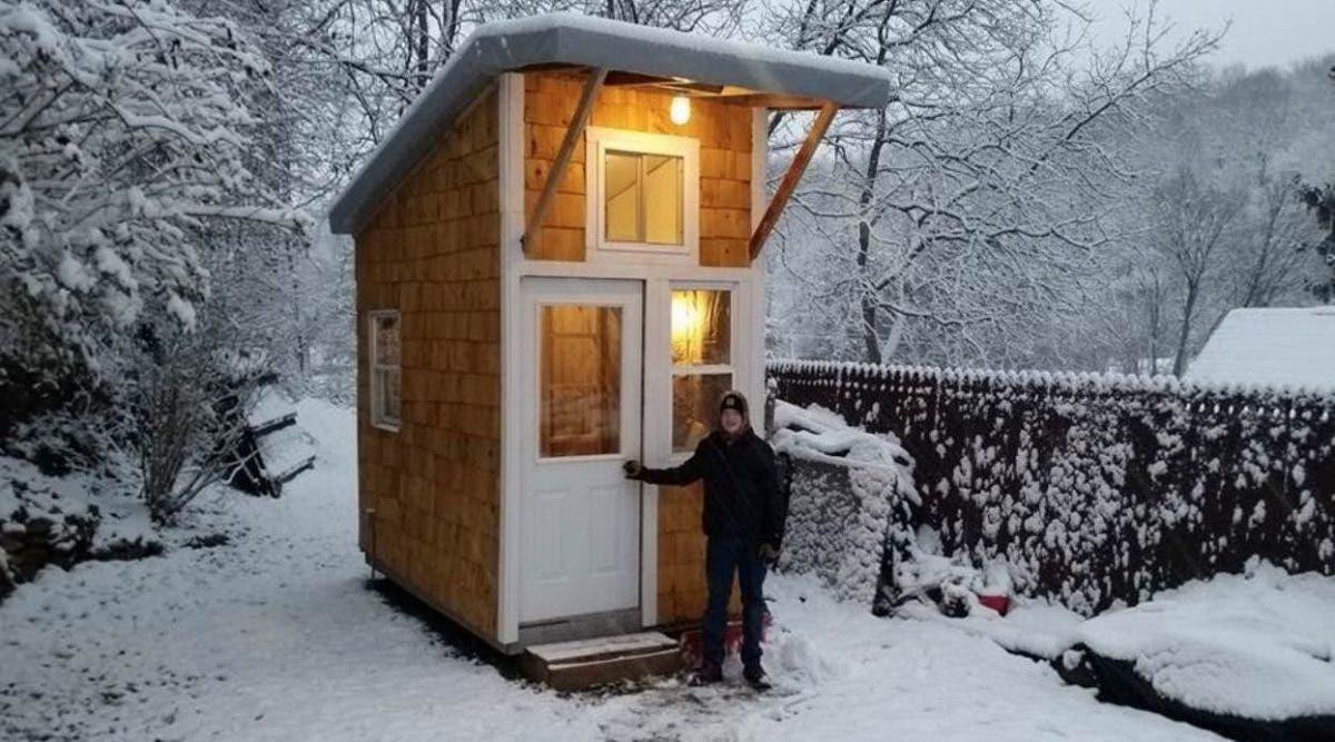 Un garçon de 13 ans construit une petite maison dans son arrière-cour