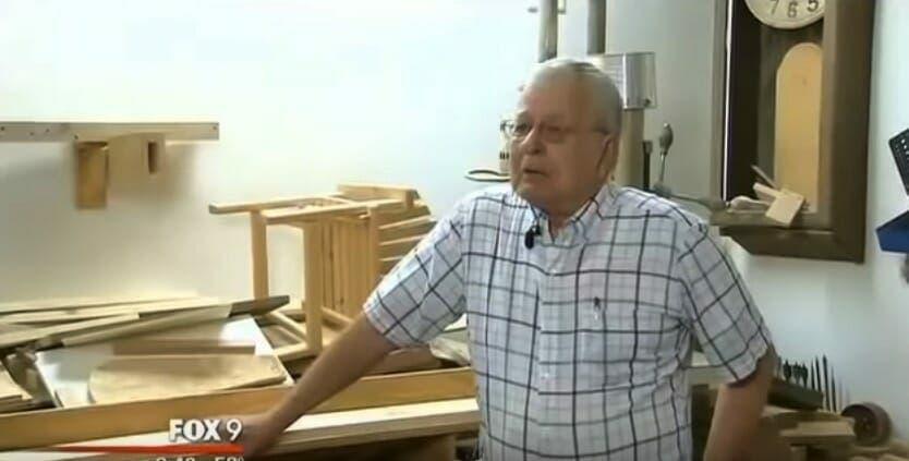 Un homme achète le berceau d'un bébé mort-né