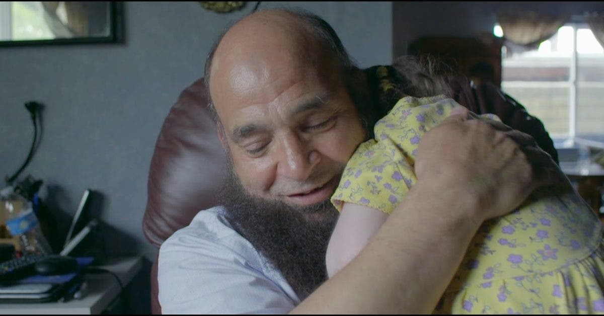 Un homme adopte des enfants malades de cancer en stade terminal et veille à ce qu'ils ne meurent pas seuls