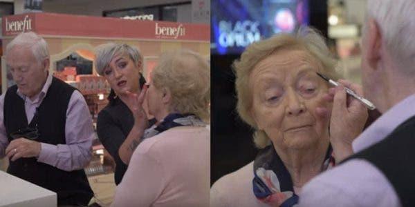 Un homme âgé prend des cours de maquillage