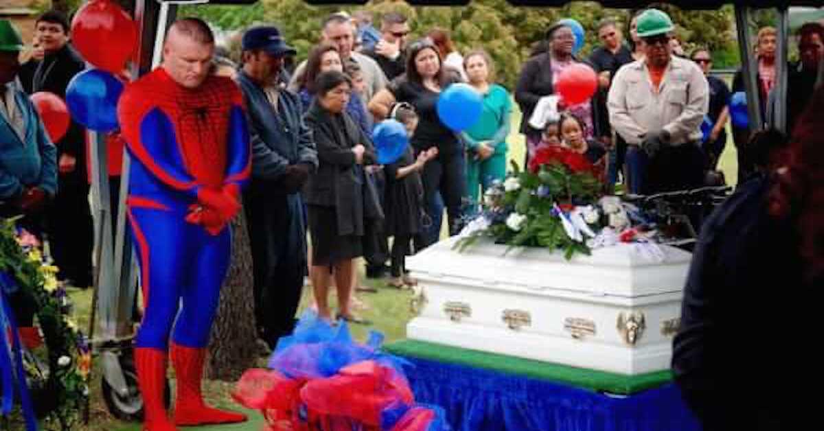 Un homme assiste aux funérailles d'un garçon en costume Spider-Man