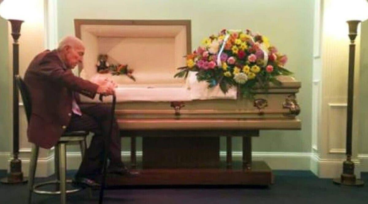 Un homme dit adieu à celle qui a été son épouse pendant 59 ans