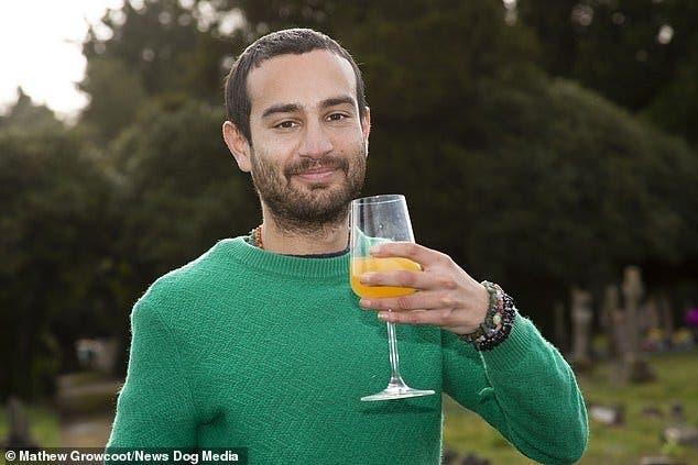 Un homme qui boit son urine tous les jours affirme qu'il se sent mieux que jamais